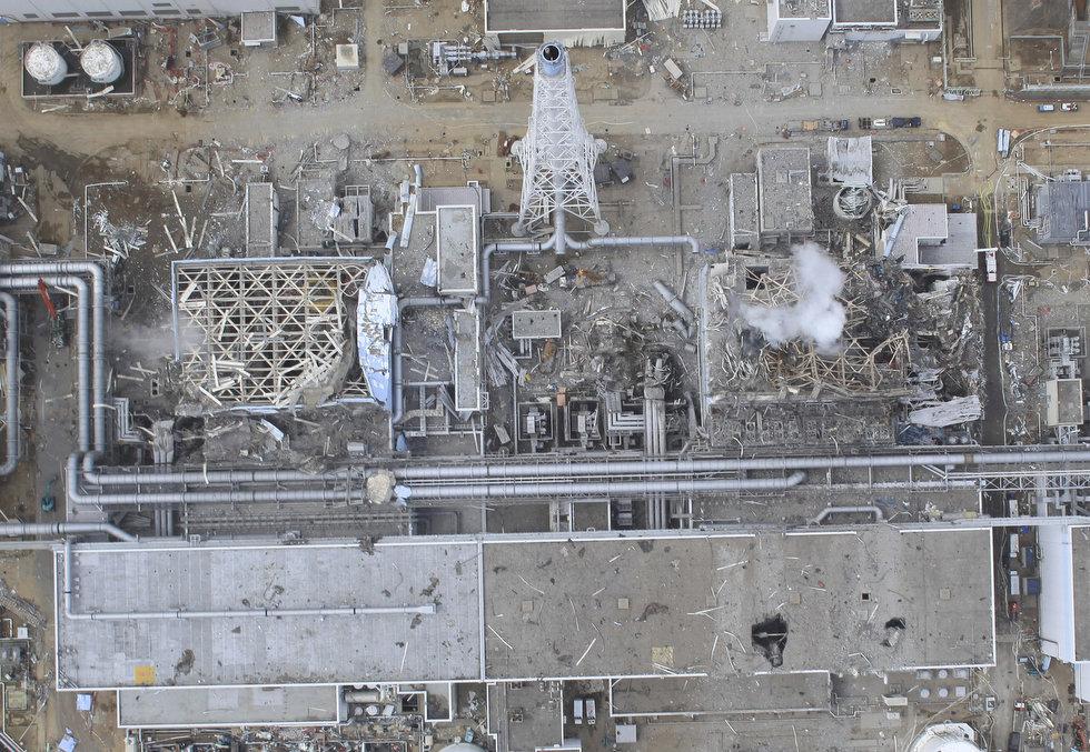 まるで空爆で破壊された原子炉?_e0105099_1104056.jpg