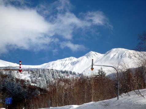お山はまだまだ雪がいっぱい。_f0096216_19302641.jpg