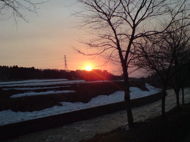 夕日と月と桜。_d0182179_1912459.jpg