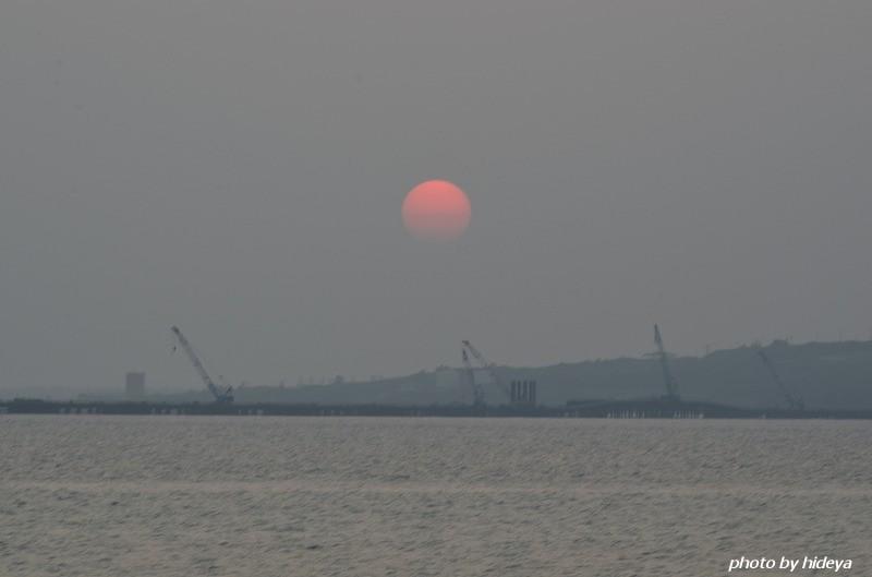 ここ数日薄い雲に覆われた夕日で、沈む前は赤い色に染まっていた。 Tags... 橋と薄い雲に覆わ