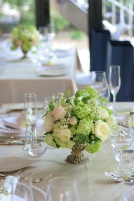 緑と白と、ベージュ1 日比谷パレス様の装花_a0042928_18413099.jpg