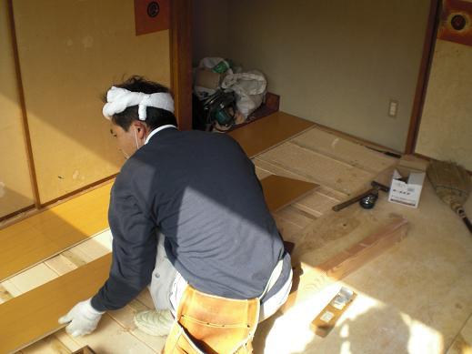 室内改装 ~ 断熱材を敷きこんでからのフローリング張りです。_d0165368_95302.jpg
