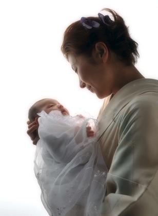 赤ちゃんを見つめるお母さんの暖かい笑顔が素敵です...._b0194185_2335197.jpg
