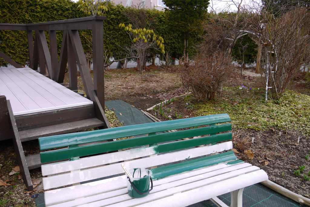 ベンチのペンキ塗り_f0138096_9481052.jpg