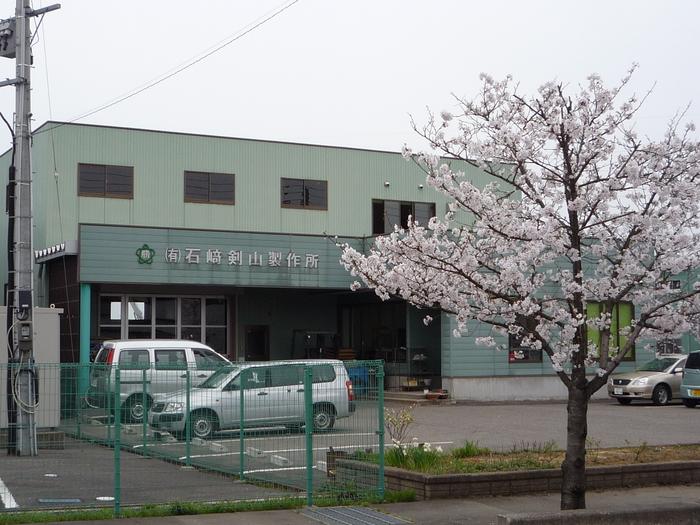 満開の桜に囲まれた当社です。_e0232077_1403416.jpg