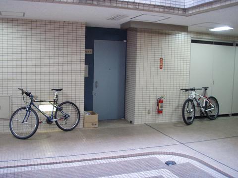 今、職場では自転車こんな置き方してます_b0074601_2213295.jpg