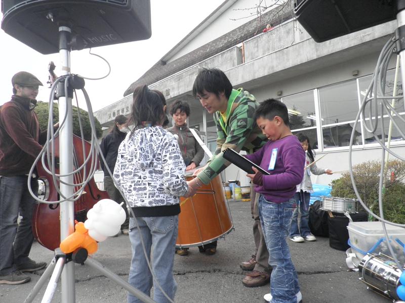 ◉被災地:宮城県、気仙沼でSAMBA♬ 子供たちにリズムとパーカッションをレクチャー。_b0032617_18314321.jpg