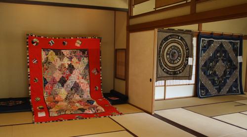 『布遊び―古布とのめぐりあい』の塚田先生と『銀の針作品展』主宰の志賀先生と意気投合していました。_d0178448_22431338.jpg
