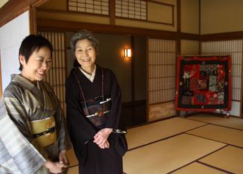 『布遊び―古布とのめぐりあい』の塚田先生と『銀の針作品展』主宰の志賀先生と意気投合していました。_d0178448_2243255.jpg