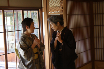 『布遊び―古布とのめぐりあい』の塚田先生と『銀の針作品展』主宰の志賀先生と意気投合していました。_d0178448_22434158.jpg