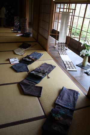『布遊び―古布とのめぐりあい』の塚田先生と『銀の針作品展』主宰の志賀先生と意気投合していました。_d0178448_22435180.jpg