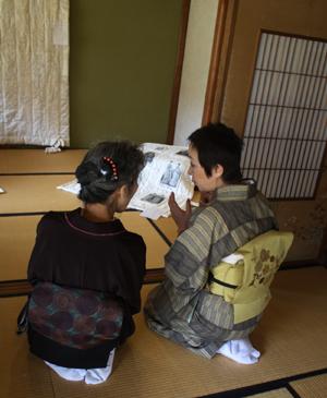 『布遊び―古布とのめぐりあい』の塚田先生と『銀の針作品展』主宰の志賀先生と意気投合していました。_d0178448_22441060.jpg