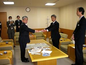 鈴村社長より大府市長へ義援金を寄託_c0141652_16111462.jpg