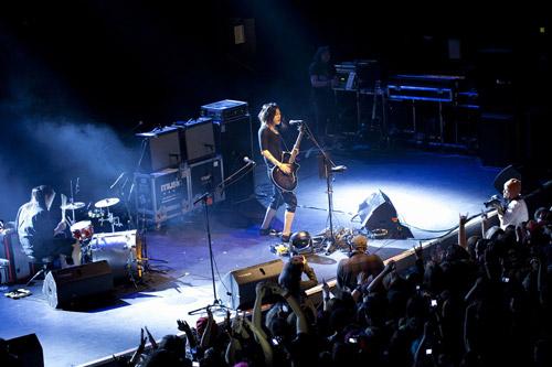雅-MIYAVI-、「LIVE IN LONDON 2011」で、初の海外リリース決定!_e0197970_15325086.jpg