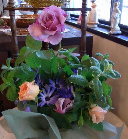 ベビーピンクの薔薇のブローチ_d0127182_17353839.jpg