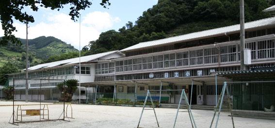 日土小学校と松村正恒展:日土小学校見学_e0054299_10243877.jpg
