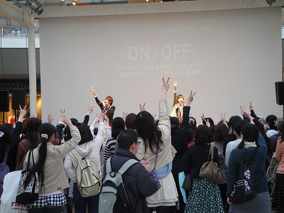 ON/OFFが新曲「始まるのは、サヨナラ」リリース日にラゾーナ川崎で約2000人を前に新曲披露!_e0025035_12512172.jpg