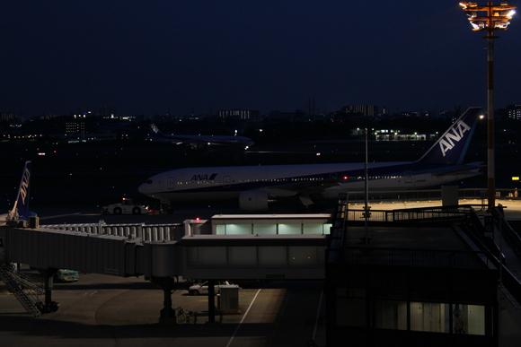 夜の伊丹空港_d0202264_8493133.jpg