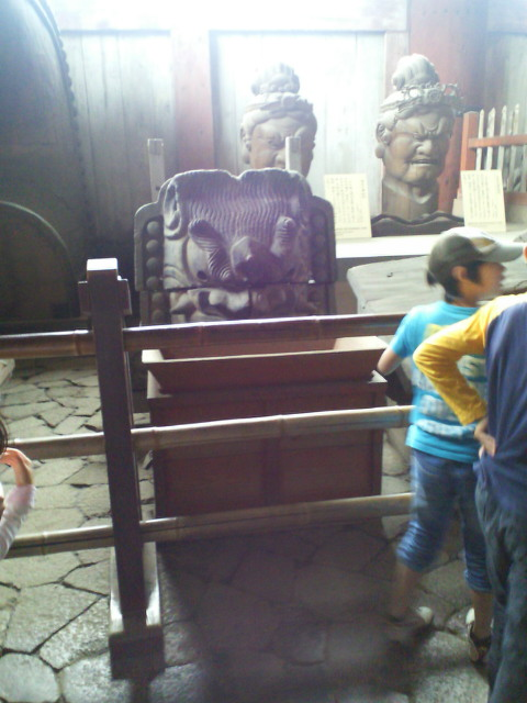 鬼瓦と賽銭箱と仏の首と_c0001670_1437991.jpg