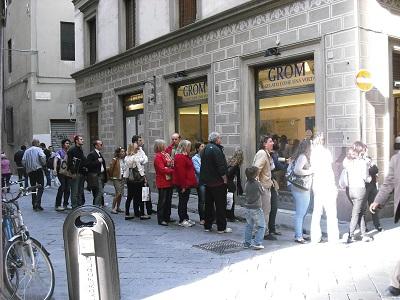 フィレンツェおすすめのジェラテリアは…地元客でにぎわうココです!_a0172661_2441282.jpg
