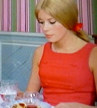 「壁紙とドレスの関係」・・シェルブールの雨傘_b0210699_1271194.jpg
