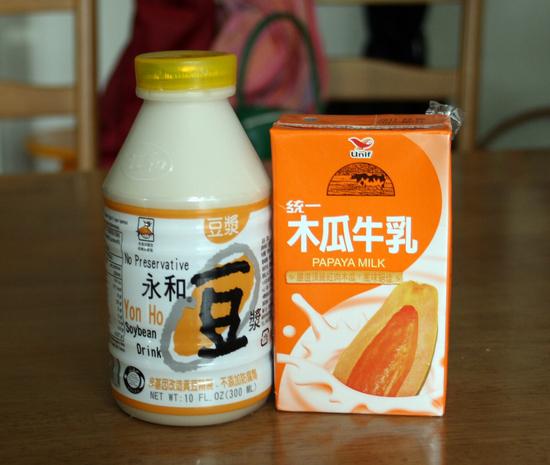 永和豆乳(左)とパパイア牛乳(右)