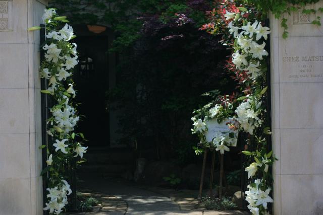 ユリの階段とエントランス シェ松尾松濤レストランさまへの装花_a0042928_18451515.jpg