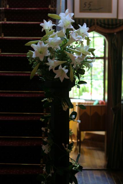 ユリの階段とエントランス シェ松尾松濤レストランさまへの装花_a0042928_18452555.jpg