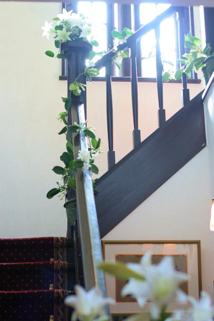 ユリの階段とエントランス シェ松尾松濤レストランさまへの装花_a0042928_18453677.jpg