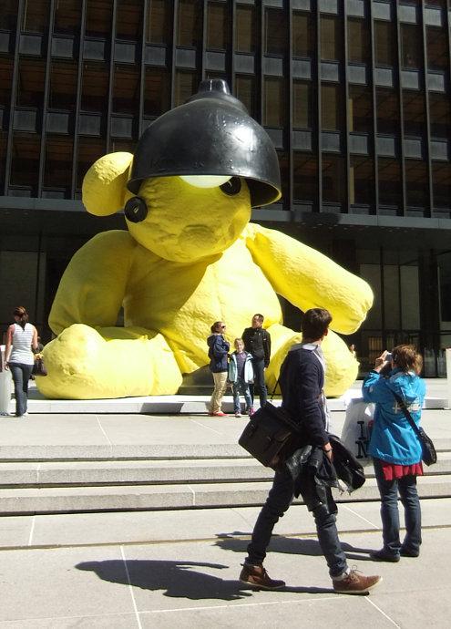 ニューヨークに巨大テディ・ベア・アート作品展示中、前向きな感情をもたらす効果も?_b0007805_921319.jpg