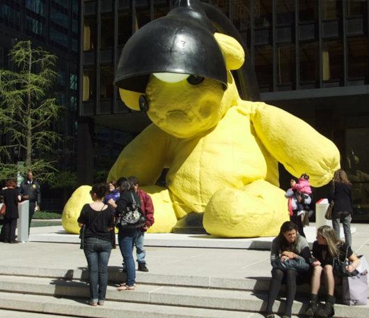 ニューヨークに巨大テディ・ベア・アート作品展示中、前向きな感情をもたらす効果も?_b0007805_9232566.jpg