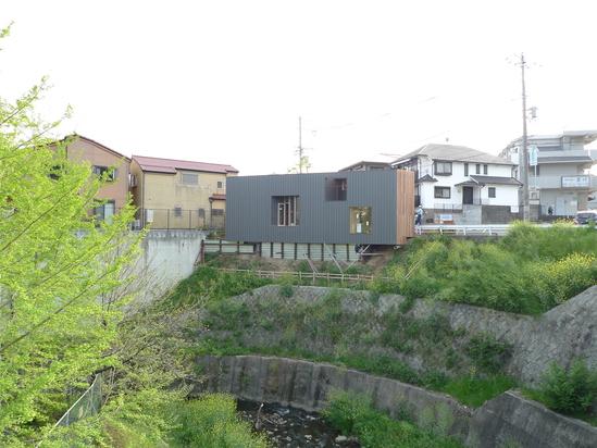 『崖縁窓庭の家』_e0055098_17501626.jpg