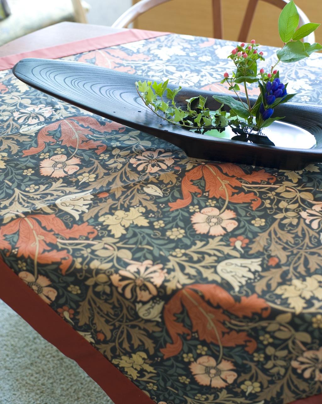 モリスの生地でテーブルクロスを作りました。_c0157866_20392689.jpg