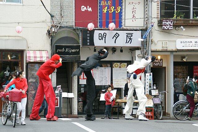 今日の東京は突風が・・・☆ある日強風に立ち向かうチョ~足長の3人_a0122932_1542589.jpg
