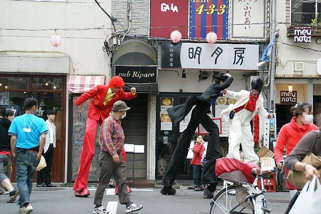 今日の東京は突風が・・・☆ある日強風に立ち向かうチョ~足長の3人_a0122932_1544697.jpg