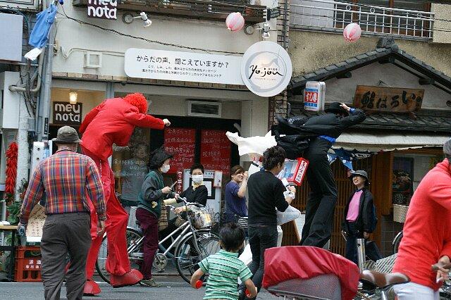 今日の東京は突風が・・・☆ある日強風に立ち向かうチョ~足長の3人_a0122932_15551.jpg