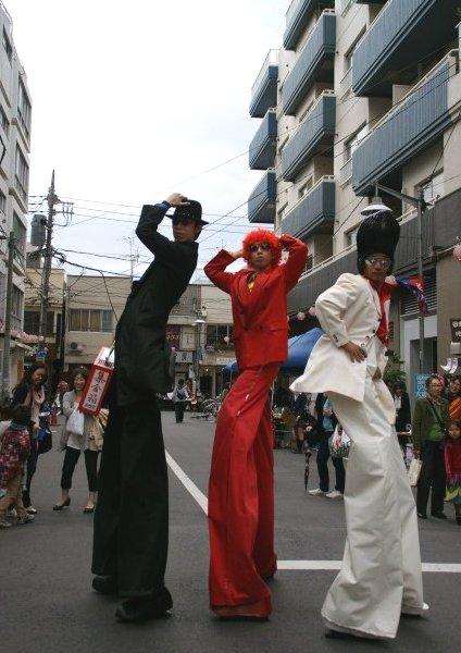 今日の東京は突風が・・・☆ある日強風に立ち向かうチョ~足長の3人_a0122932_1562430.jpg