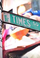 ニューヨークの中心にそびえる「がんばれ、日本」の巨大看板_b0007805_3411983.jpg