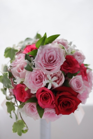 淡いピンクの濃い色をさし色にして ラウンドブーケ_f0213974_10124361.jpg