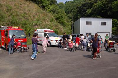 総合消防訓練と炊き出し訓練を実施。_a0154110_13111138.jpg