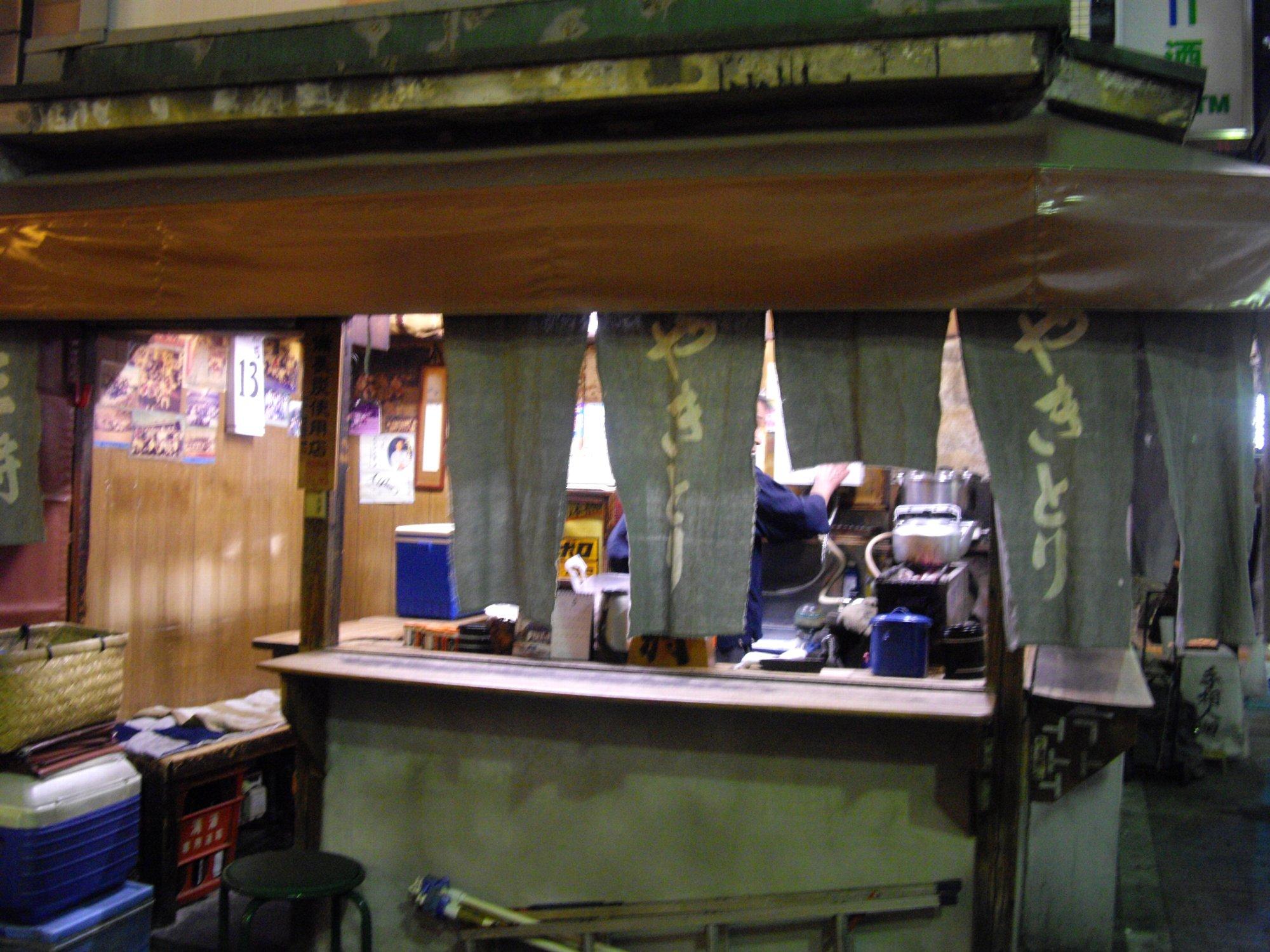 【№73】新橋で50年以上の超ディープな焼鳥屋、立ち飲み『王将』_d0223663_128544.jpg