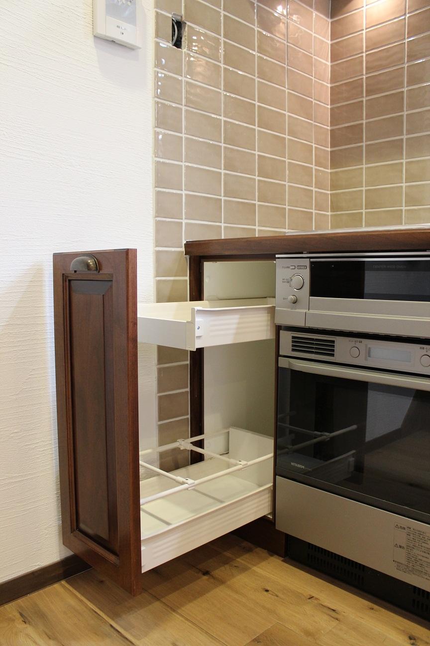 アンティークな家具に似合うキッチン_b0120583_1394561.jpg