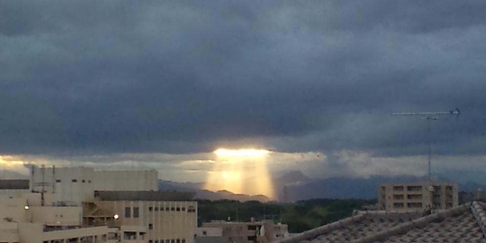 鉛色の西の空に現れた、局地的な天の梯子(=゜ω゜)ノナウ_b0032617_18262725.jpg