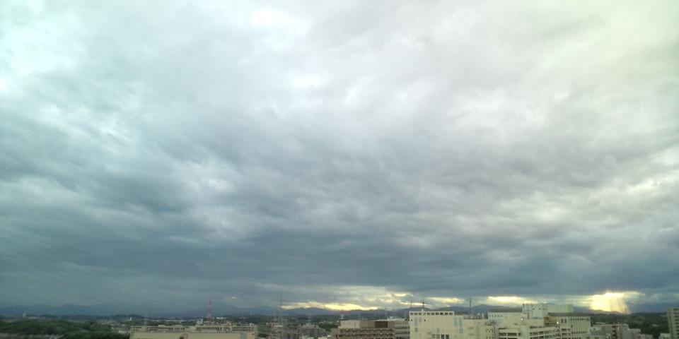 鉛色の西の空に現れた、局地的な天の梯子(=゜ω゜)ノナウ_b0032617_1826279.jpg