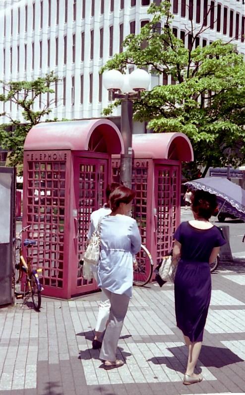 公衆電話はファッショナブル_f0055131_17581463.jpg