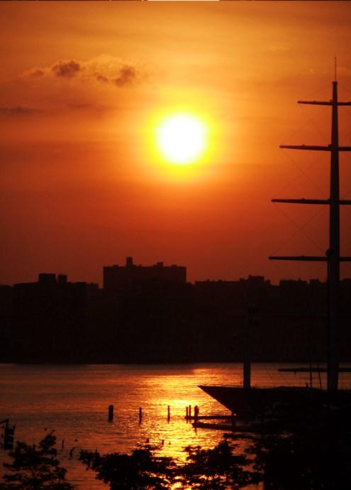 ニューヨークで夕日が特別に美しく見える日、マンハッタンヘンジ(Manhattanhenge)とは?_b0007805_1015479.jpg