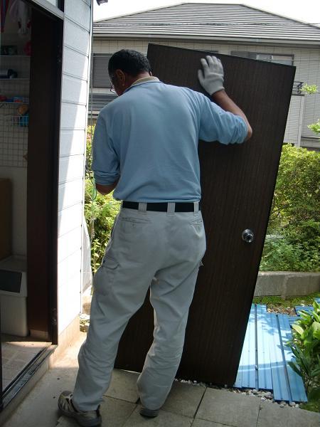 ワンデイ・リフォーム ~ 古い勝手口ドアの取り外し。_d0165368_762874.jpg