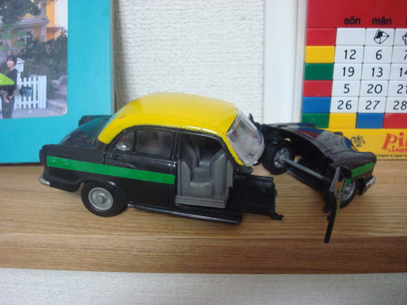 インド・タクシー無残: Ambassador  crashed!_a0186568_731311.jpg