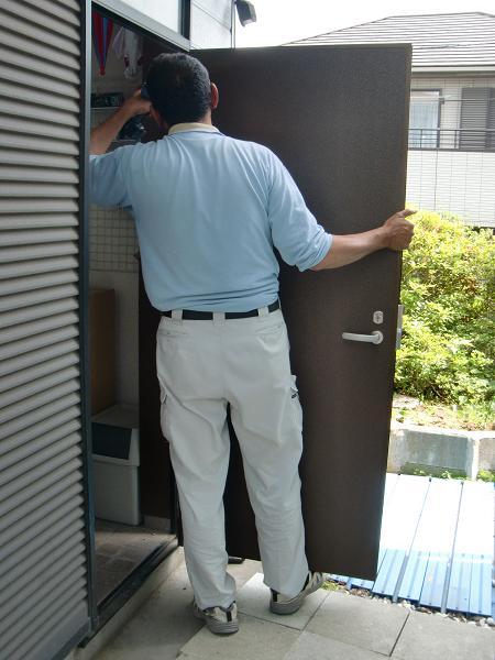 ワンデイ・リフォーム ~ 新しい勝手口ドアの取り付け。_d0165368_7161094.jpg
