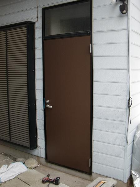 ワンデイ・リフォーム ~ 勝手口ドアの取替え完了です。_d0165368_633293.jpg